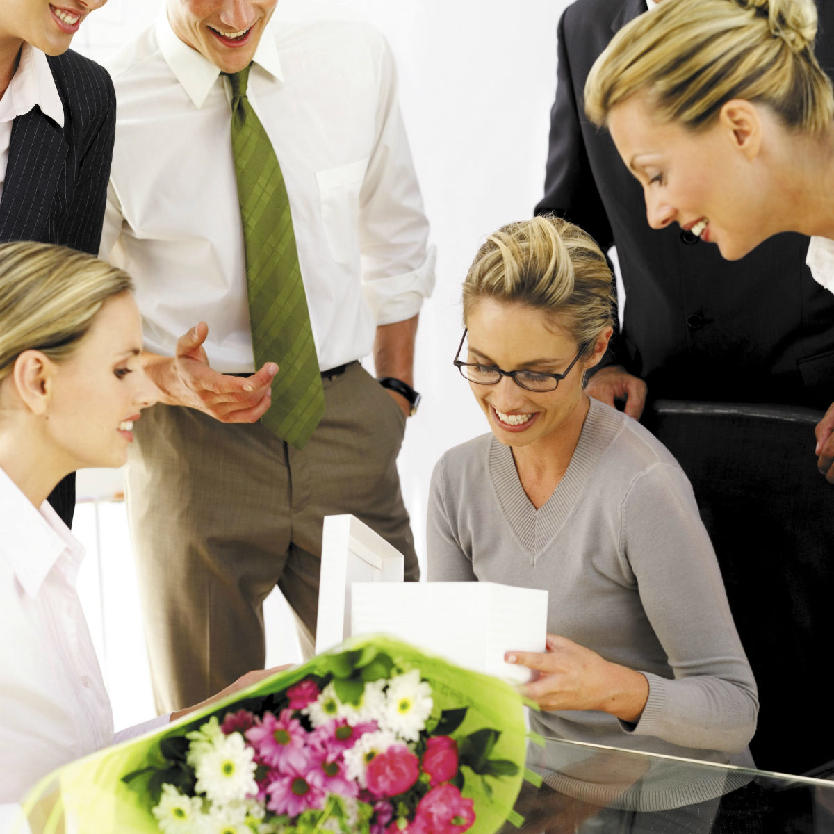 Что можно подарить коллегам по работе на 8 Марта