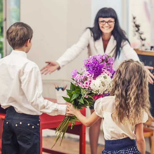 Что подарить учителю на 8 марта: 10 идей