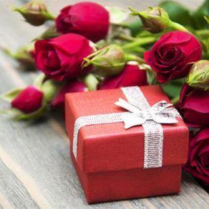 Подарок женщине на 50 лет: 10 идей для юбилея