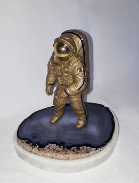 "Бронзовая статуэтка ""Космонавт"" (агат) от 8 500 руб"